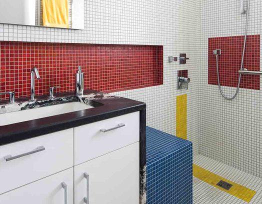 Arkitektkontoret Alloy Workshop har skapat ett badrum inspirerat av Piet Mondrian