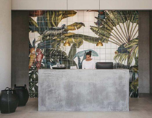 Konstnären Karina Eibatova har låtit sina fascinerande naturmönster pryda kaklet i reception och restaurang på Casa Cook på Rhodos