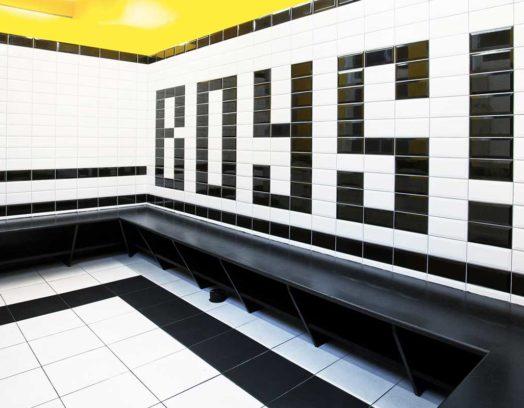 Formgivaren Maximo Recio står tillsammans med arkitekterna Alvaro Fernández och Pablo Padilla bakom de här kaklade skoltoaletterna på skolan Instituto Español Vicente Cañada Blanch i Notting Hill i London