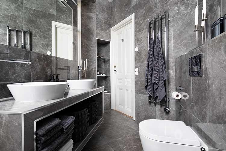Kaklat badrum med många vackra detaljer